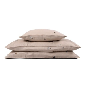 Doeskin Little Explorer junior sengetøj fra Filibabba Smukt little explorer junior sengesæt i en lækker sandfarve fra danske Fillibabba. Sengesættet er med inspiration fra den danske have, beskidte hænder og knæ og drømmen om at udforske vores kære natur