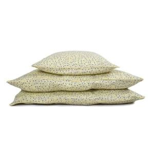 Pale banana Cosmos Daydreamjunior sengetøj fra Filibabba Smuktjunior sengesæt i en lækkergul farve med et flot blomsterprint fra danske Fillibabba. Sengesættet er med inspiration fra den danske have og med drømmende tanker hen mod et væld af små bl